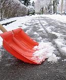 Winter-Pflicht: Schnee schieben auf dem Bürgersteig