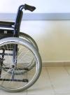 Im Rollstuhl: Berufsunfähigkeitsversicherung schützt vor Verdienstausfall
